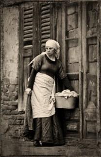 Waschfrau mit Wäschekorb