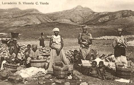 sw Foto: Afrikanerinnen waschen in Holzbottichen mit Waschbrettern neben einer Wasserstelle
