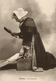sw Foto: Waschfrau in bretonischer Tracht mit Wäscheklopfer