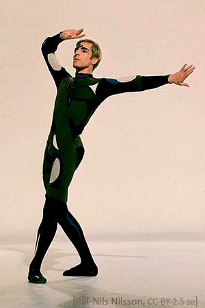 Farbfoto: schwedischer Tänzer im engen Dress