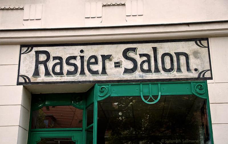Farbfoto: altes Ladenschild über Ladenfront