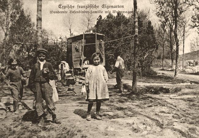 sw Foto: Wandernde Besenbinder-Familie mit Kindern und Wohnwagen