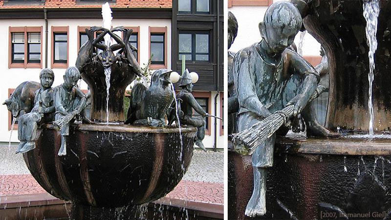Bronzebrunnen mit Figuren- Detail: sitzender Besenbinderjunge mit Besen