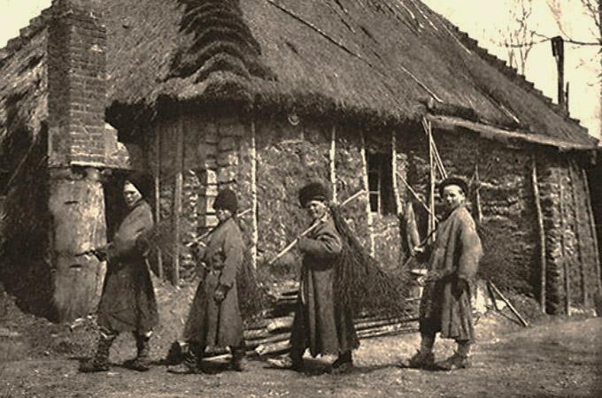 sw Foto: vier junge Männer mit Reisigbündeln ziehen los