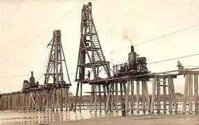 altes Foto: Konstruktion zum Bau einer Brücke