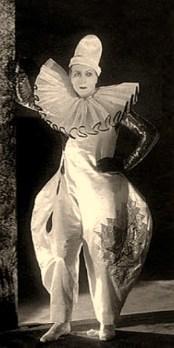 sw Foto: am Vorhang stehender schwedischer Theaterclown in Pumphosen und mit großer Halskrause - 1926
