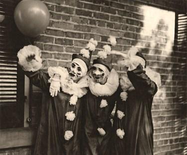 sw Foto: drei gleich gekleideten Straßenclowns spielen mit einem Luftballon - 1936