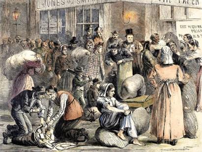 kolorierter Holzstich: viele Männer und Frauen warten auf das Wiegen ihrer Lumpenbündel - 1868, NY