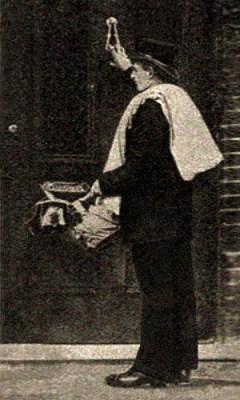 sw Foto: Bote mit Päckchen betätigt Türklopfer - 1877, England