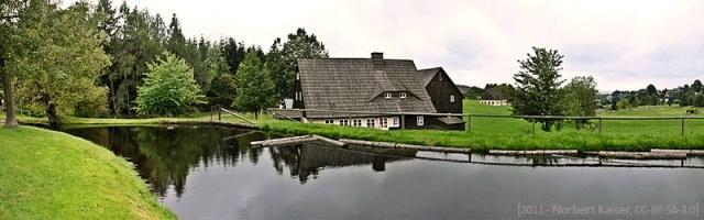 Farbfoto: Blick auf das historische 'Preißler'sche Wasserkraft-Drehwerk'