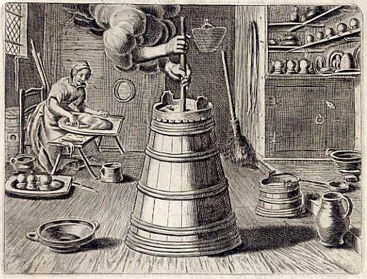 alter Stich: Frau bereitet Butter oder Käse, im Vordergrund ein Butterfass