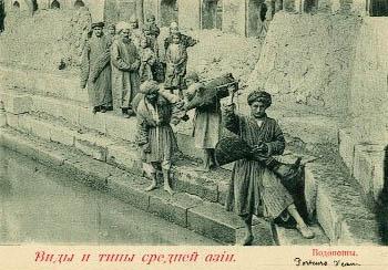 altes sw-Foto: Männer holen an einem Wasserbecken Wasser