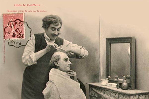 sw Postkarte: lustiger Coiffeur mit Zwirbelbart kämmt Kunden das spärliche Haar - 1904