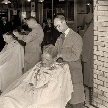sw Foto: Haarschneider in Aktion