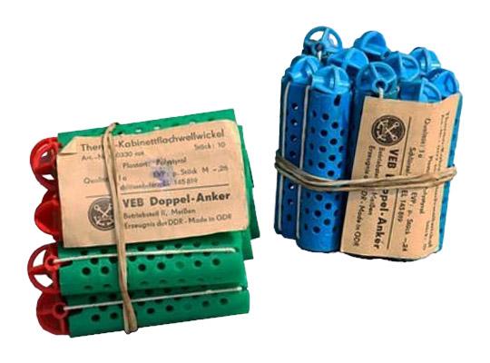 Farbfoto: zwei 10er Packs gelochte Hartplastikwickler plus Gummi mit Kugel - 1960, DDR