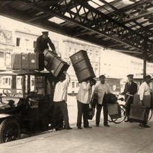 sw Foto: Träger bringen Gepäck vom Auto zum Zug