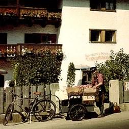 Farbfoto: Reisegepäck wird zu einer Pension gebracht