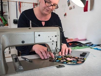 Kerstin Janssen arbeitet an der Nähmaschine