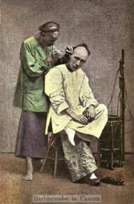 kolorierte Postkarte: Friseurbehandlung in China