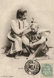 sw-Postkarte: Barbier bei der Kopfrasur eines Mozabiten