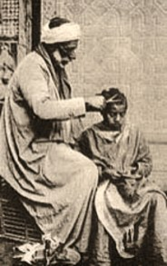 sw Postkarte: Mann mit Turban schneidet einem Junge die Haare - 1900, Orient