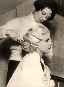 sw Foto: Haar einer Blondine wird mit Brennschere onduliert