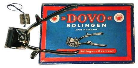 Farbfoto: neben Produktverpackung liegender mechanischer Haarschneider