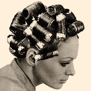 sw Foto: Frau mit Aluwicklern im Haar