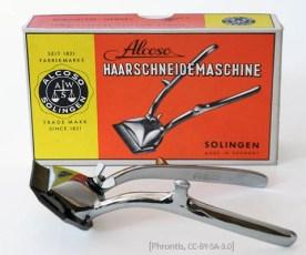 Farbfoto: vor Produktverpackung liegende Haarschneidemaschine