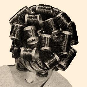 sw Foto: Frau mit Volumenwicklern im Haar