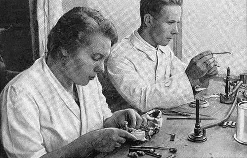 sw-Foto: Mann und Frau arbeiten am Arbeitstisch