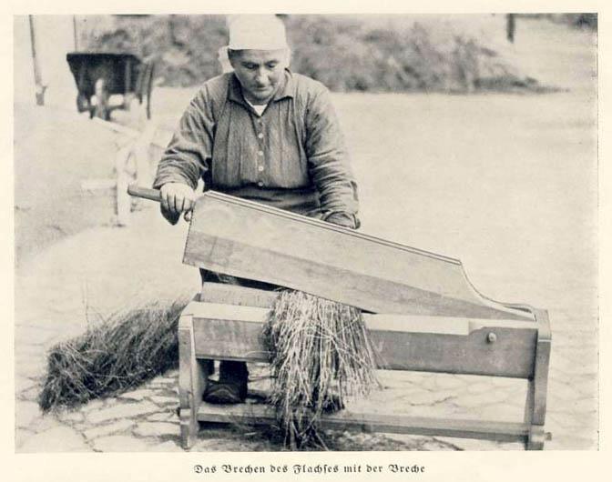 sw-Foto: Flachsverarbeitung: Mann an einer Maschine