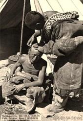 sw Foto: Expeditionsteilnehmer lässt sich Kopf rasieren