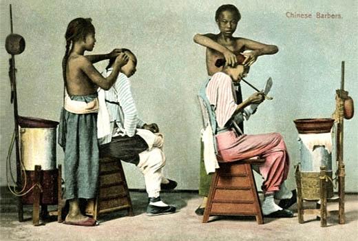 kolorierte Postkarte: zwei Wanderbarbiere behandeln Kunden - 1900, China