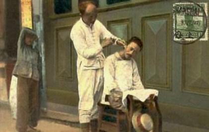 Postkarte: chinesischer Straßenfriseur bei der Arbeit - 1920