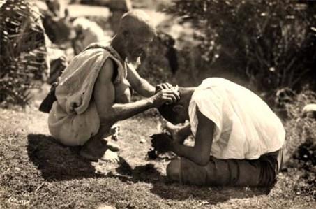 sw Foto: Mann lässt sich auf einer Wiese sitzend das Haar kürzen - 1930