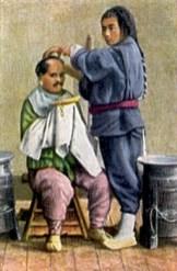 kolorierte Postkarte: Tibetanischer Friseur mit langem Zopf bei der Arbeit - 1930