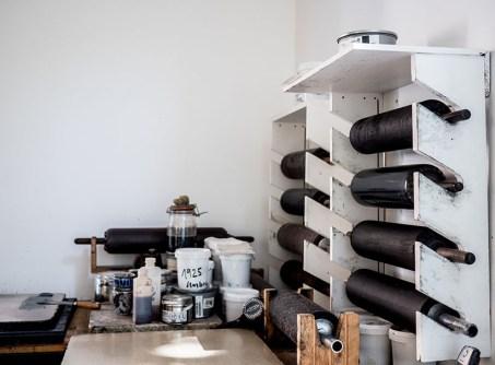 mehrere Druckerwalzen mit Lederbespannung
