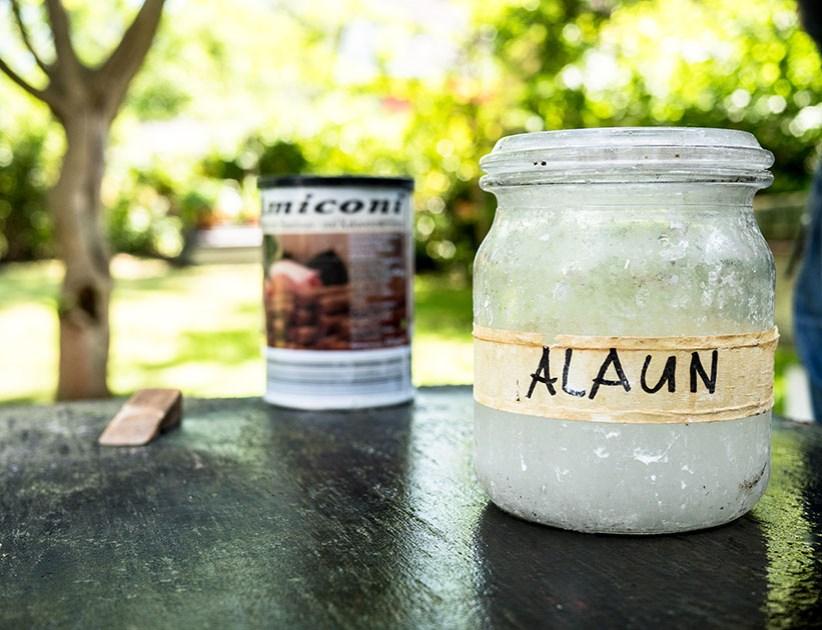 Glas mit Alaun (chemisches Salz)