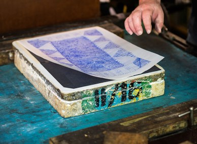 Zeichnung und Blaupapier werden abgenommen