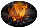 ovales Farbfoto: brennende Holzkohle