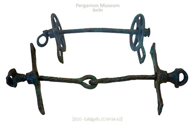 Farbfoto: einteiliger und zweiteiliger Stangenknebel - 14./13. Jh. v. Chr, Anatolien