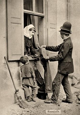 sw Foto: Wiener Kleiderhändler bietet aus Fenster gebeugter Frau Sachen an - 1878