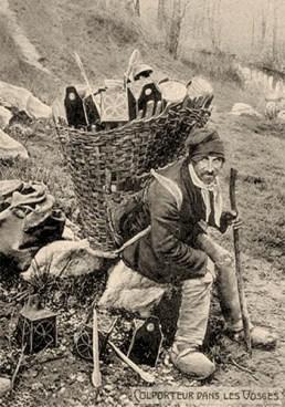 sw Fotopostkarte: franz. Laternenhändler mit riesigem Rückenkorb auf Stein rastend - 1870