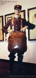Farbfoto: ausgestellte Postmannfigur mit großem Felleisen - 1850