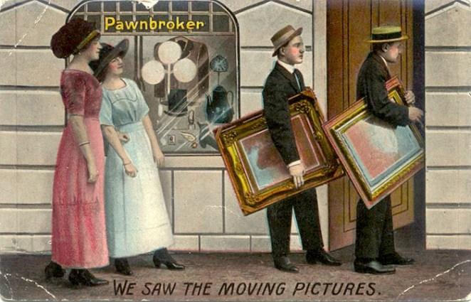 Humor-Postkarte: 2 Ladys beobachten 2 Herren, die Gemälden zum Pfandleiher tragen + Text: Wir sahen die bewegten Bilder. - 1912, Engl.
