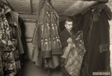 sw Foto: mit Pelzmäntelverwahrung beschäftigter Mitarbeiter - 1931