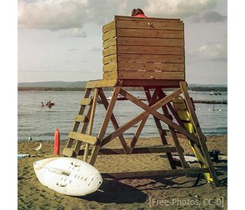 Farbfoto: Aufsichtsturm am Strand