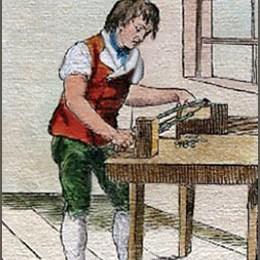 kolorierte Zeichnung: Knopfmacher arbeitet stehend an Tisch vor Fenster