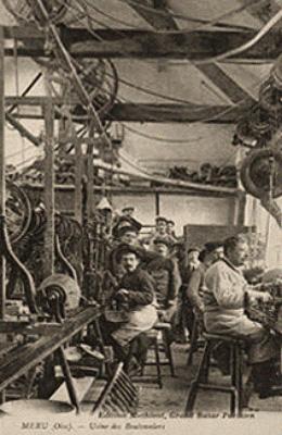 sw-Fotopstkarte: Arbeiter in einer Knopffabrik